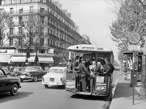 Parisiens attendant le bus