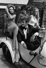 Roger Moore, Veronica Carlson et Martha Hyer