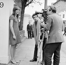 Françoise Hardy, filmée sur Exhibition Road à Londres, le 11 octobre 1965