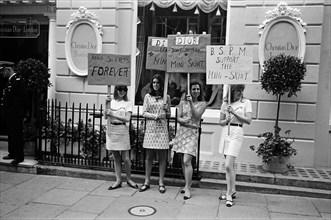 Manifestation devant la boutique Christian Dior à Londres