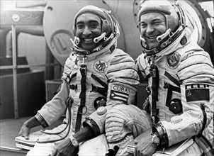 Crew of the soyuz-38 space mission to the salyut 6 space station, soviet cosmonaut colonel yuri viktorovich romanenko (right) and cuban researcher-cosmonaut lieutenant-colonel arnaldo tamayo mendez at...