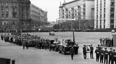 Funeral procession for vladimir komarov who perished during the soyuz-1 mission, his ashes are being taken to the kremlin wall in red square, april 26, 1967.