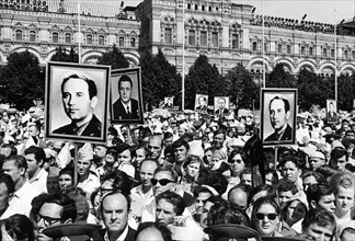 Soviet people in red square during the funeral for the soyuz 11 crew: georgi dobrovolsky, vladislav volkov, and viktor patsayev, july 2, 1971.