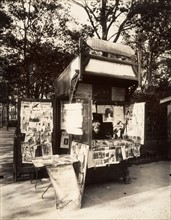 Atget, Newspaper kiosk