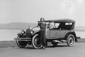 Fannie Brice in Oldsmobile 1922
