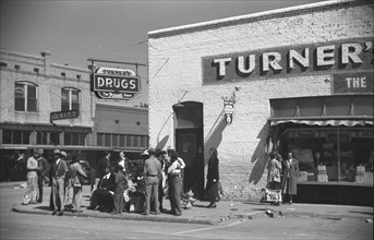 Main street on Saturday afternoon, Belzoni, Mississippi Delta, Mississippi 1939