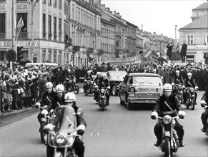 Warsaw citizens cordially welcomed the g,d,r, representatives (incl, walter ulbricht) on 14 march 1967, lining the streets from warsaw central station to wilsaniv, residence of the g,d,r, guest.