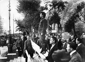 Leon trotsky speaking at the tomb of victims of an explosion at the head quarters of the moscow city committee of the russian communist party of bolsheviks, leontyevsky lane, moscow, soviet union.