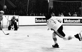 Phil esposito attacking during the 2nd match between canada and the ussr at the central leningrad stadium won by the soviets, 3 to 2, september 26, 1972.