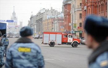 Moscow, russia, march 29, 2010, fire engine stands in lubyanskaya (lubyanka) square, outside lubyanka metro station, sokolnicheskaya line of the moscow where an explosion rocked during the rush hour k...