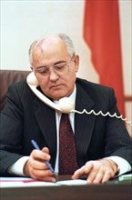 Ussr, moscow, president of the ussr mikhail gorbachev informs us president george bush over the telephone on his resignation, december 25, 1991.