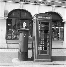 Cabine téléphonique et boîte aux lettres dans une rue de Londres, vers 1940