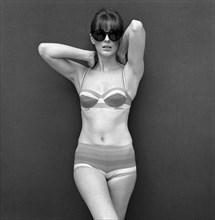 Le mannequin Paulene Stone portant un maillot de bain